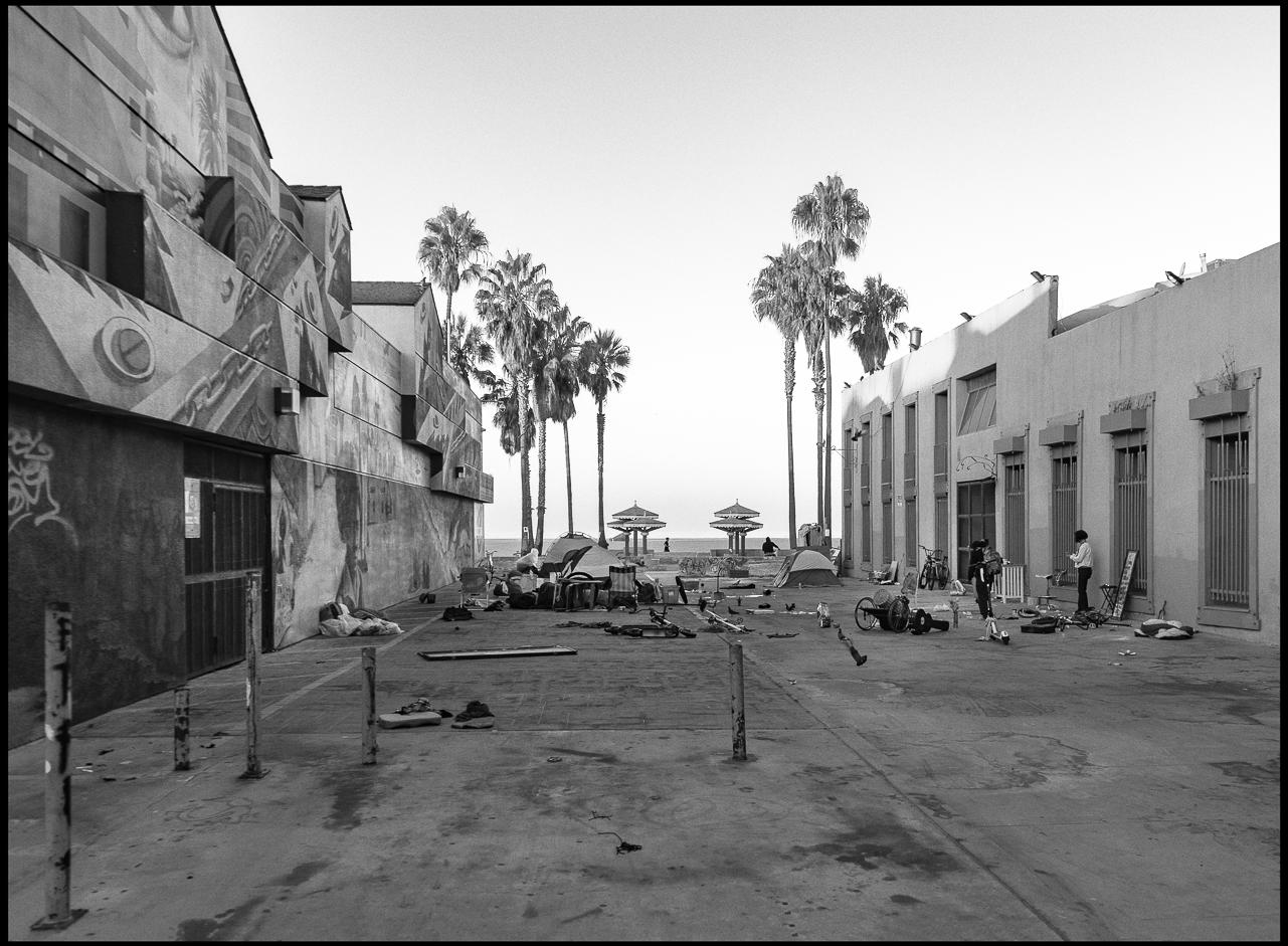 Ed_Simmons_street_art_venice_Beach_California_homeless