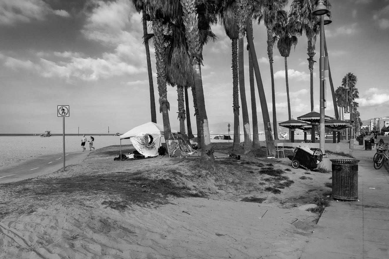 Ed_Simmons_street_art_venice_Beach_California_tents