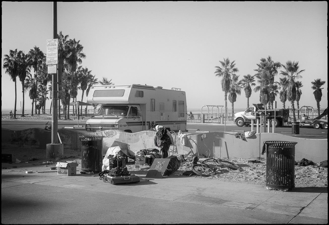 Ed_Simmons_street_art_venice_Beach_California_trash_picking